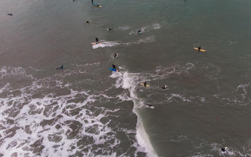 La Asociación de Surf Argentina reclama que se habilite la práctica de este deporte en Mar del Plata. Foto: Diego Izquierdo (Télam)