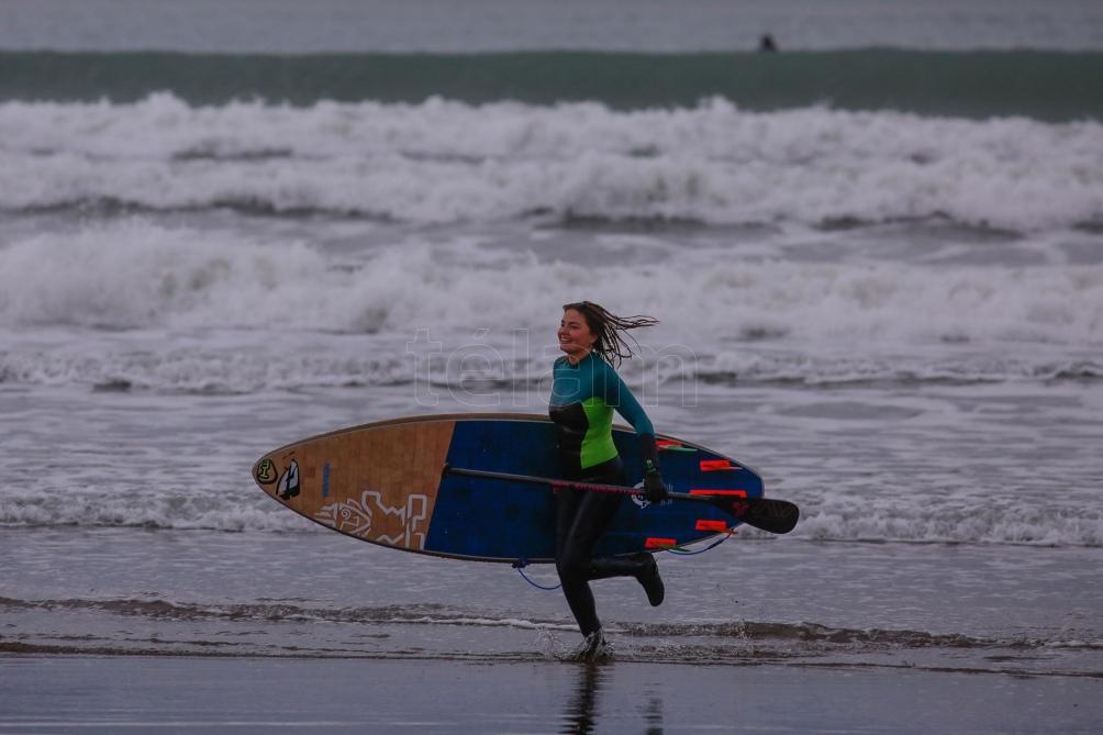 Los surfistas subrayaron que es la única localidad de la Costa Atlántica en la que no fue autorizada por el gobierno bonaerense. Foto: Diego Izquierdo (Télam)