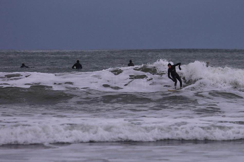 Los surfistas buscan la autorización del gobierno bonaerense para realizar esta práctica. Foto: Diego Izquierdo (Télam)