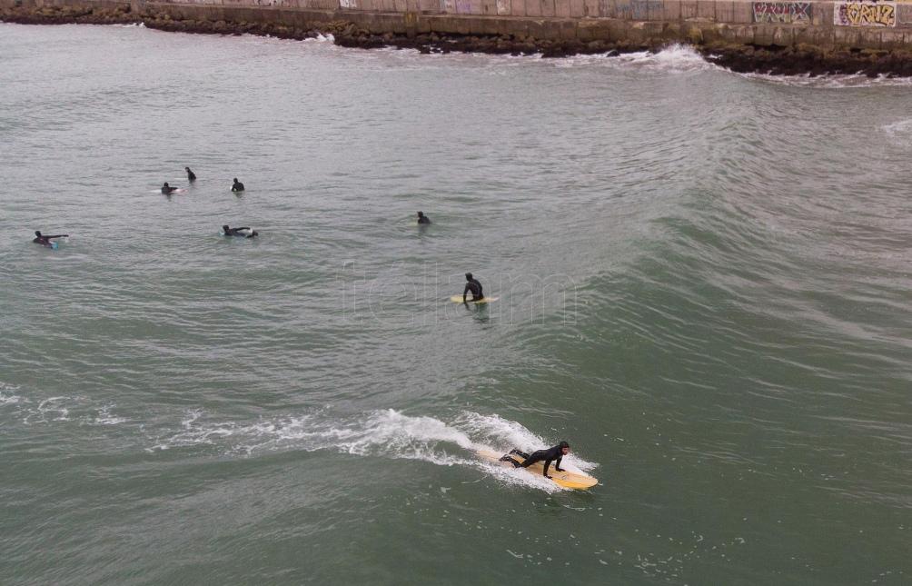 Los surfers buscan volver a la actividad pese a las bajas temperaturas y las condiciones frías del mar. Foto: Diego Izquierdo (Télam)