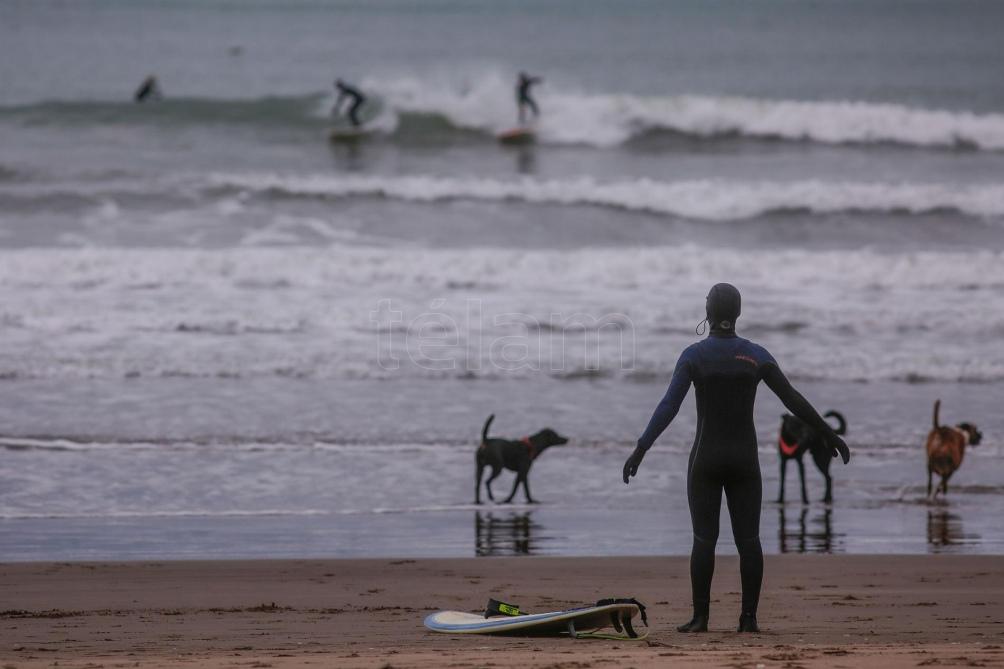 """""""No se molesta a nadie ni posee riesgo para el contagio ya que se realiza a más de 100 metros de la costa"""", dijeron desde la entidad. Foto: Diego Izquierdo (Télam)"""