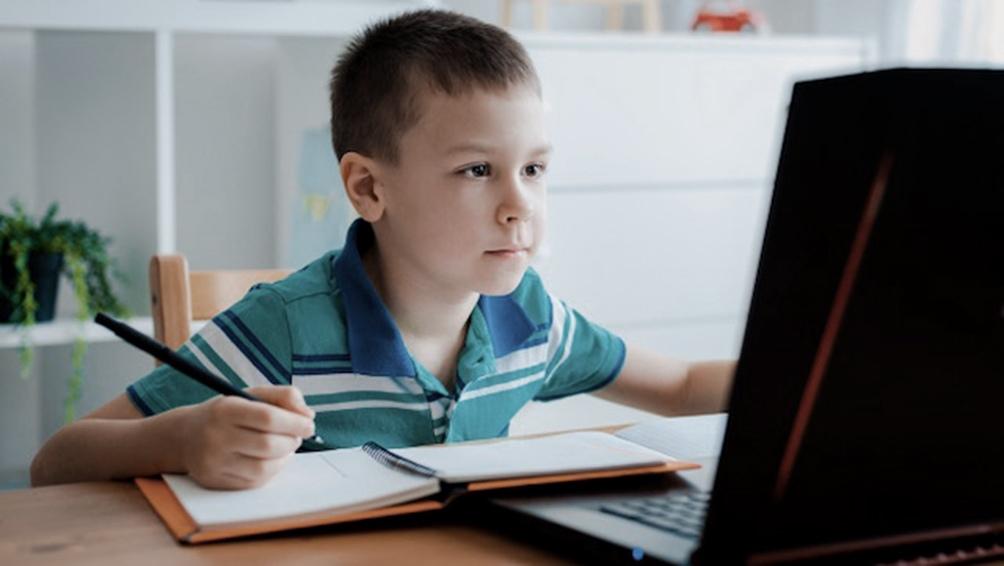 La encuesta reveló que el 47% de los hogares no cuenta con una computadora o tablet para la realización de las tareas escolares