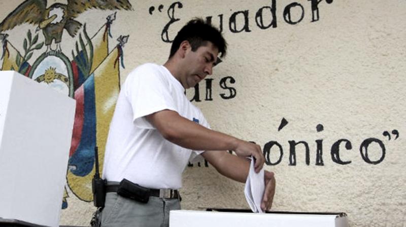 Baja de impuestos y vacunación masiva, las promesas del debate presidencial de Ecuador