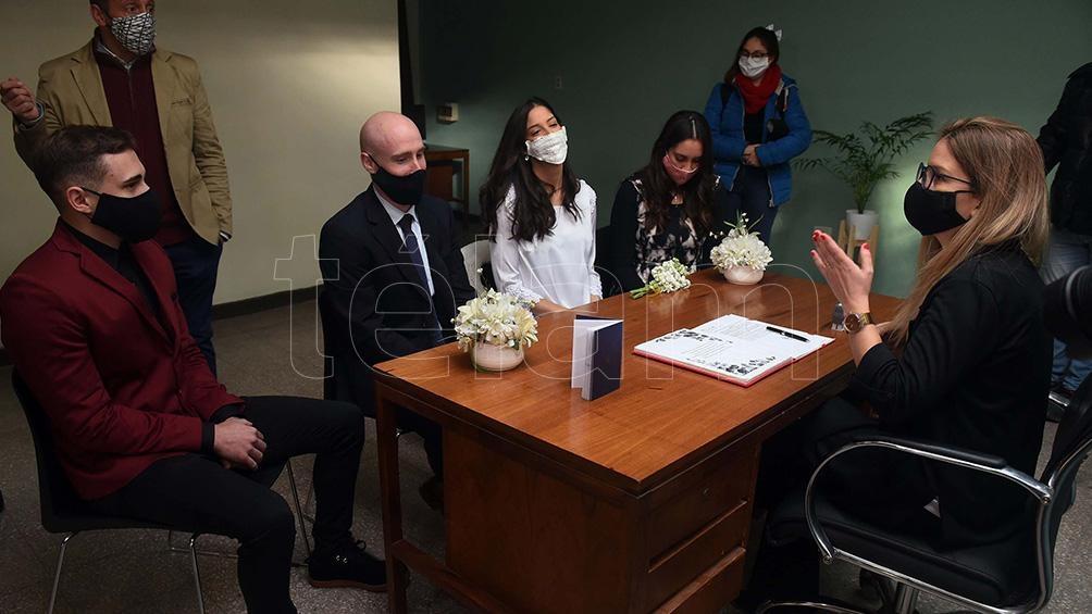 En Rosario, uno de los primeros casamientos en pandemia, con los lógicos protocolos sanitarios.