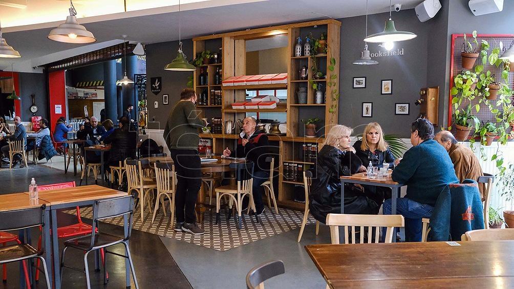 Una de las tantas cafeterías habilitadas en Mar del Plata que ofrecen café, chocolate con churros y tortas