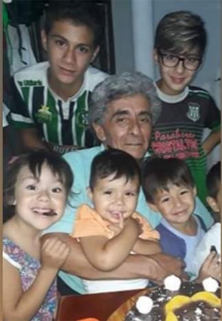 Feliz, con algunos de sus ocho nietos