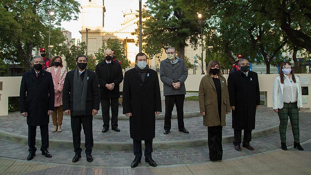 El mandatario encabezó el izamiento del pabellón nacional y se entonó las estrofas del Himno Nacional Argentino