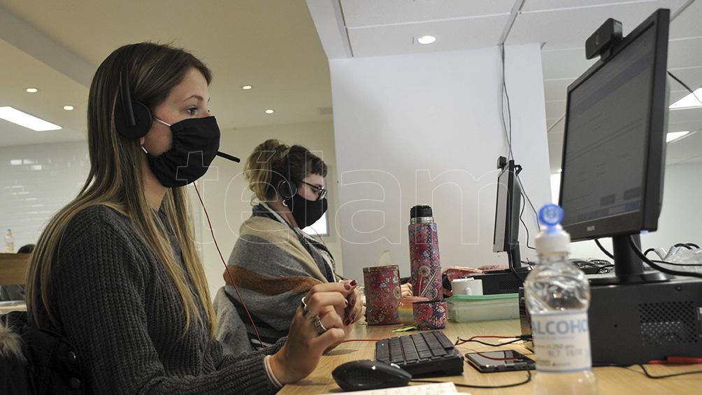 El equipo funciona en un gran salón del Ministerio de Salud, en la ciudad de La Plata.