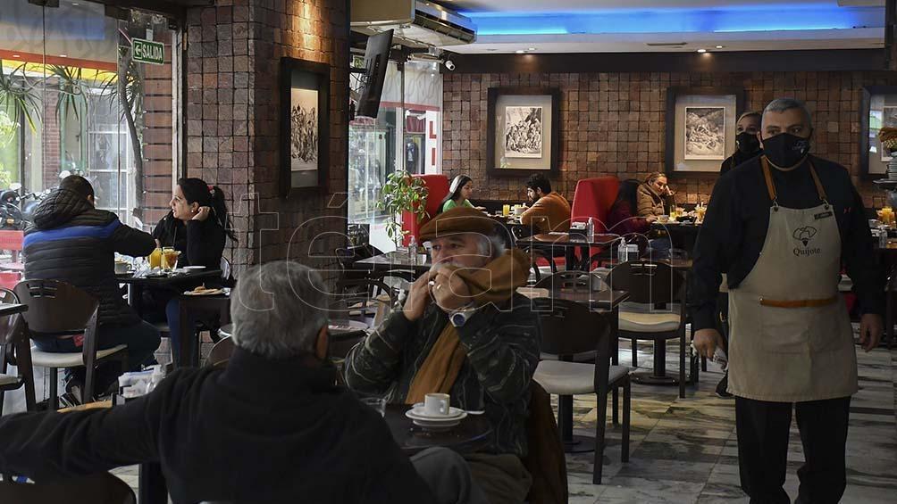 En el segundo trimestre el sector más golpeado fue la hotelería y gastronomía, con una caída del empleo de 42,5%.