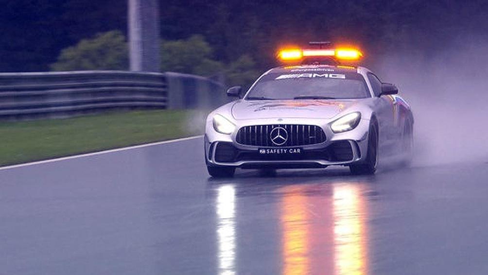 El auto de seguridad de la F1 recorre el trazado austríaco en medio de la lluvia (@F1)