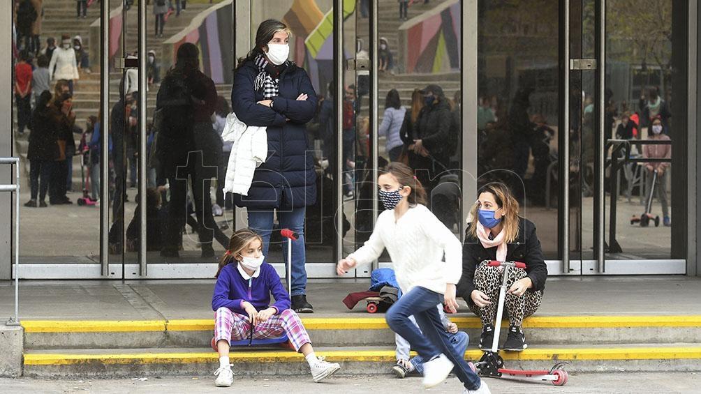 """El jefe de Gabinete bonaerense, Carlos Bianco, informó que 15 distritos de la provincia """"bajarán de fase"""" esta semana debido al aumento de casos de coronavirus."""