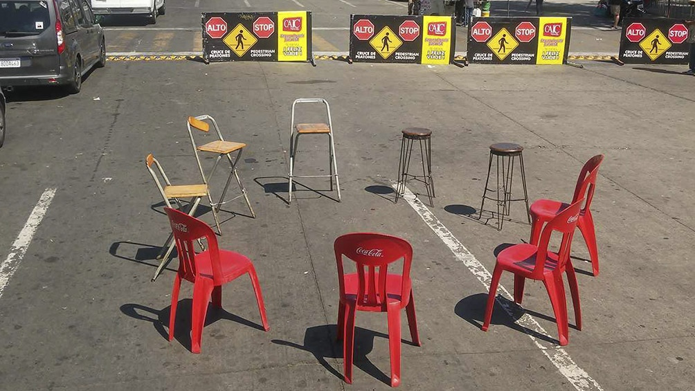 Las nueve sillas símbolo de Ediciones Urgentes