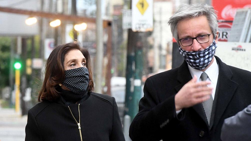La exvicedirectora de la AFI, Silvia Majdalani, junto a su abogado antes de una de las indagatorias del Juzgado Federal de Lomas de Zamora.