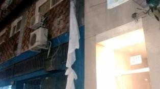 Cumplía cuarentena en un hotel, ató sábanas y se fugó desde el balcón