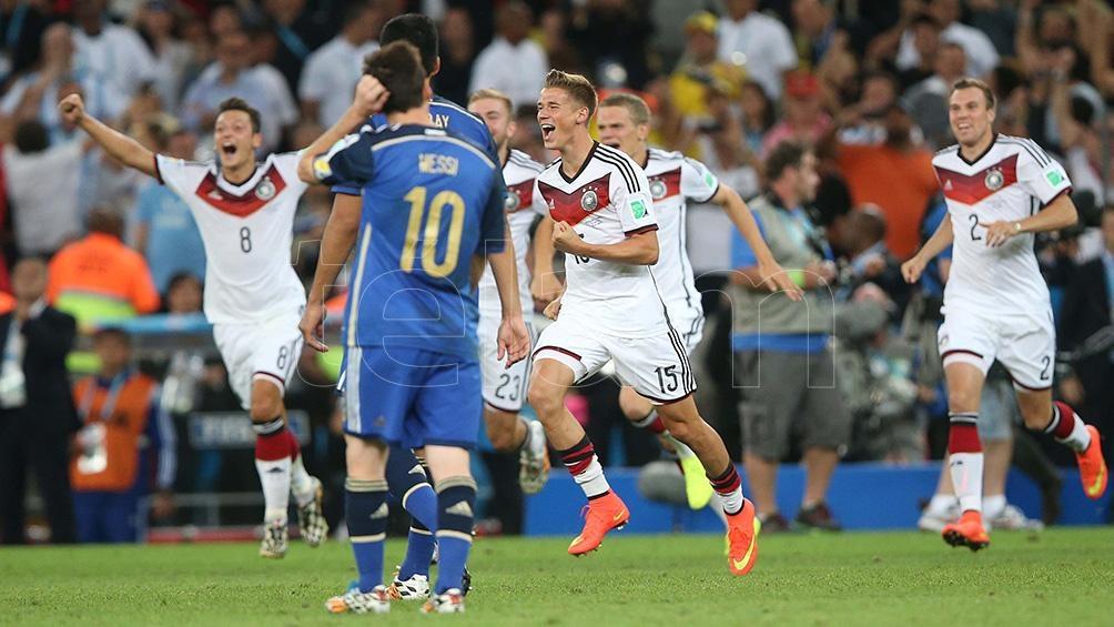 Los alemanes festejan el gol de Gotze.