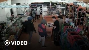 Ladrones fuertemente armados robaron en un supermercado y escaparon a los tiros