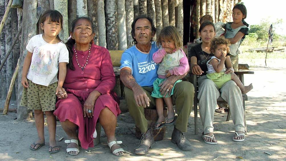 Familia de la comunidad Yshir del Alto Paraguay.