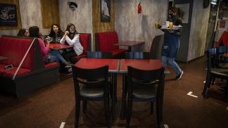 En San Luis y Mendoza se permiten mesas en bares de hasta 6 y 10 personas, respecitvamente