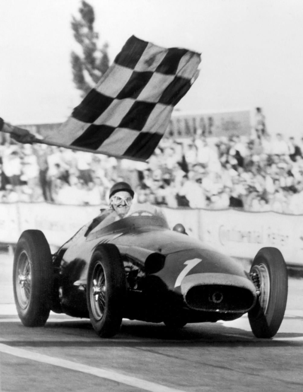 Como un aura imborrable, la bandera de cuadros de Nürburgring, bendice para siempre a la histórica Maserati 250 F el 4 de agosto de 1957