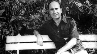 Manuel Puig, el autor que renovó géneros y dejó impreso su desprejuicio en la literatura argentina