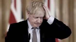 Luego de las críticas, Boris Johnson y su ministro de Finanzas cumplen el aislamiento