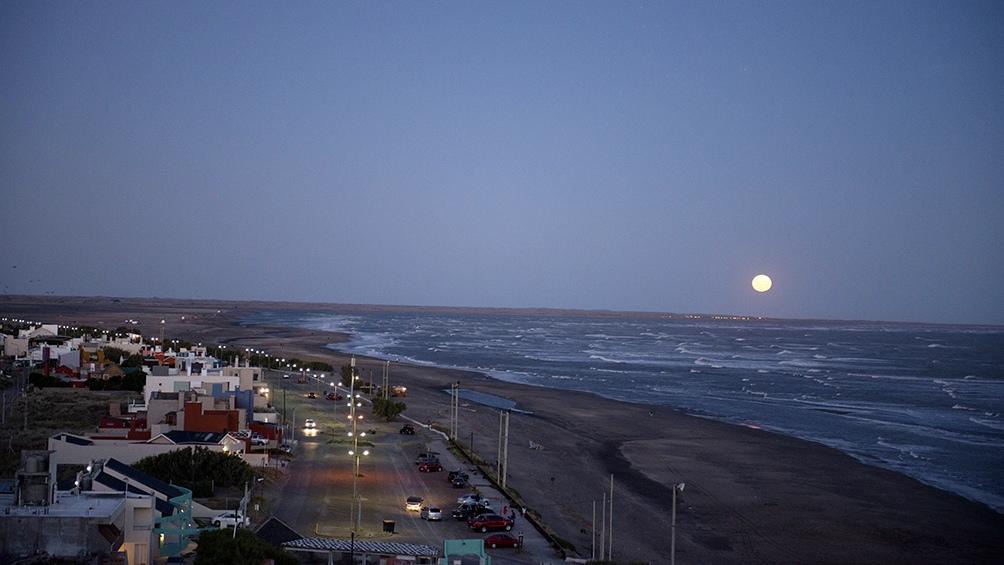 El camino recorre 200 kilómetros junto a la costa del mar Argentino.