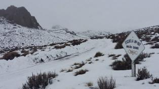 Motos de nieve y un helicóptero para asistir a pobladores aislados por las nevadas