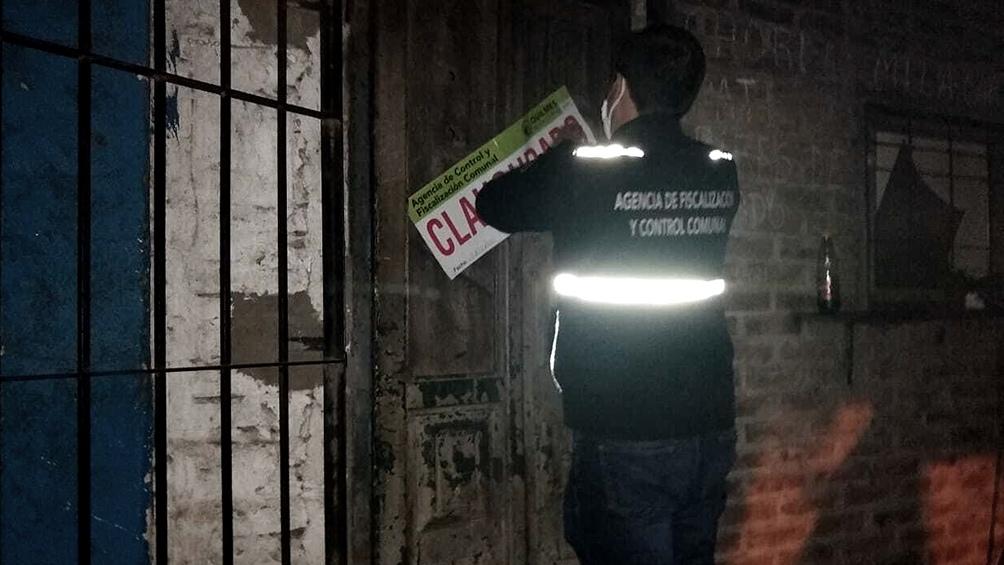Al detectar el operativo algunos de los asistentes a la fiesta intentaron fugarse por los techos y por viviendas aledañas.