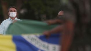 Mientras los casos y las muertes no aflojan, la pandemia se mete en la política y el fútbol
