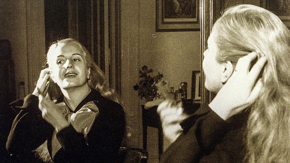 Evita peinándose frente al espejo de su habitación en el Palacio Unzué.
