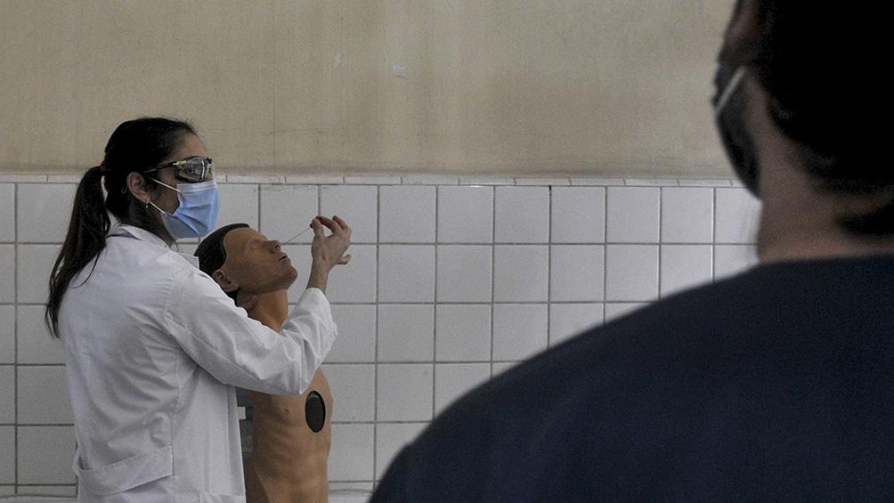 Utilizando maniquíes, capacitan al personal médico sobre cómo realizar un hisopado