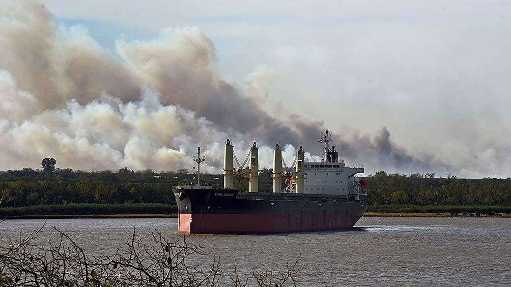 """Según Seufferheld, el fuego """"se concentra en las islas que comprenden a la traza Victoria-Rosario, hacia el sur""""."""