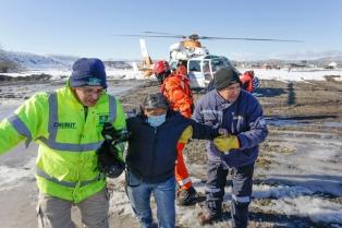 Rescatan a una familia con un bebé en medio del temporal de nieve que afecta a Chubut