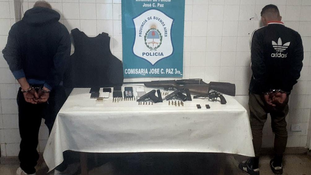 La banda estaba liderada por un hombre identificado como Cristian Padilla, alías Trucón, a quien se le secuestraron armas de fuego y chalecos antibalas.