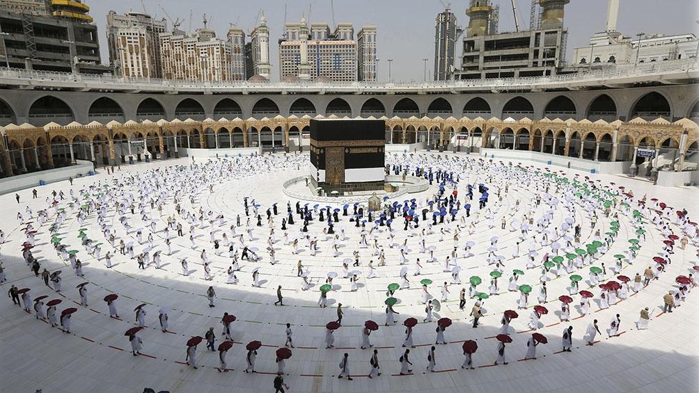 Dentro de La Meca, se cumple con el distanciamiento social.