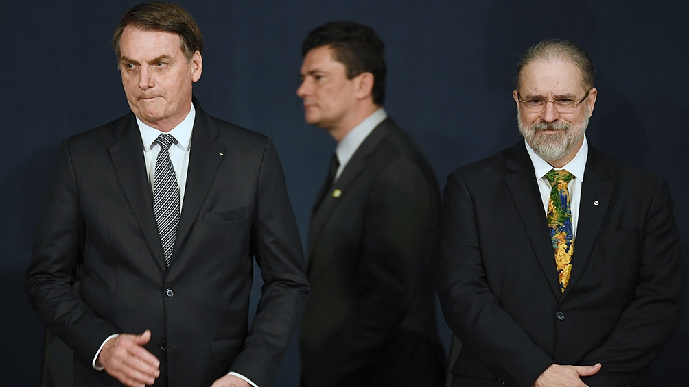 El presidente Jair Bolsonaro junto al procurador general de Brasil, Augusto Aras.