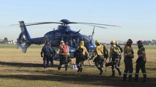 Brigadistas trabajan en la extinción del fuego en las islas del Paraná con medios aéreos y terrestres