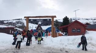 Con nieve y nubes, los residentes ya están esquiando en el Cerro Perito Moreno