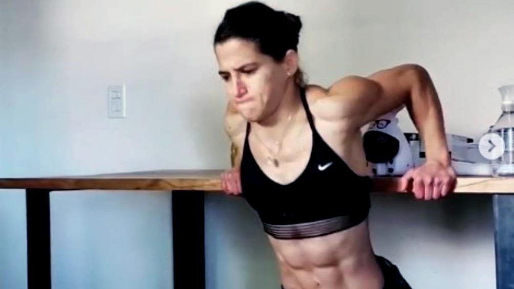 La judoca Paula Pareto entrenando en su casa.