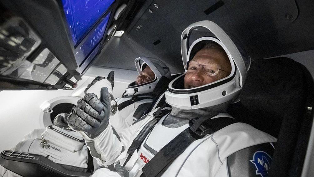Los astronautas de la NASA Douglas Harley y Robert Behnken, al frente de la nave Crew Dragon.