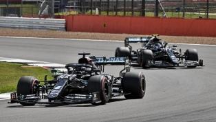 Hamilton cruza la meta con una goma pinchada y gana por séptima vez el GP británico