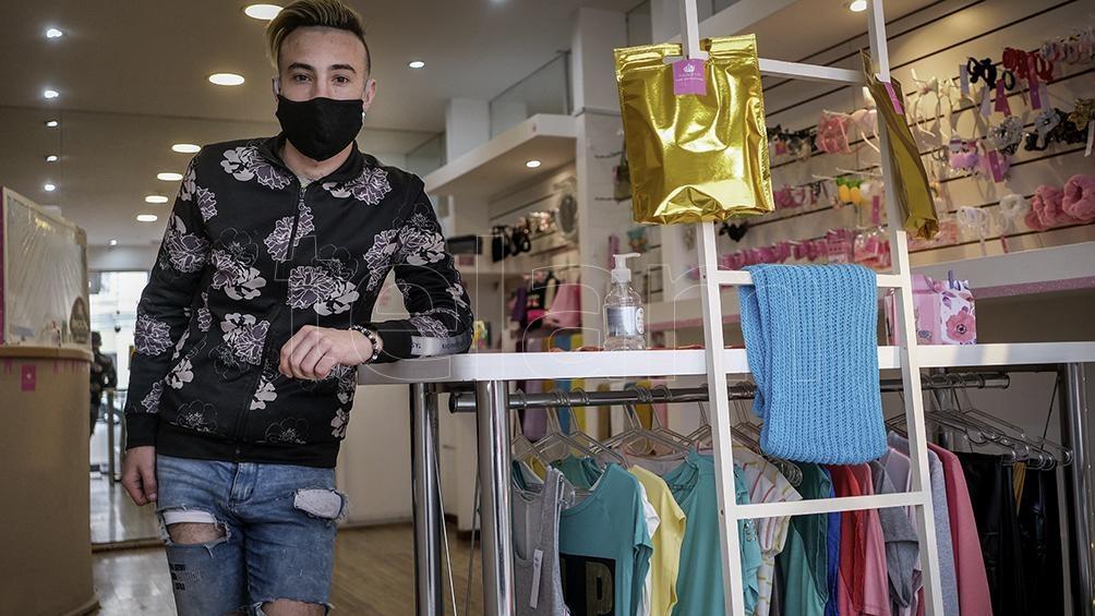 Una boutique de ropa para grandes y chicos.