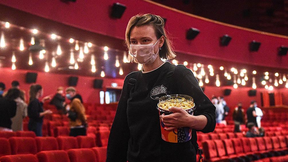 Después de casi un año los cines reabren con capacidad limitada.