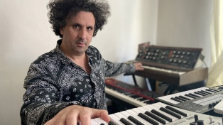 "A solo piano Sebastián Volco le puso música a este ""manicomio que vuela por la galaxia"""