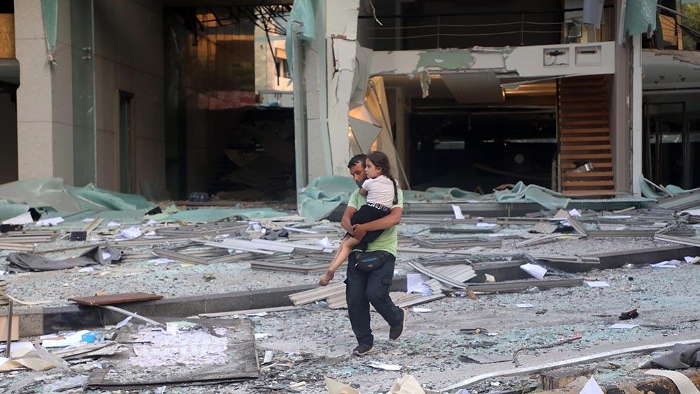 Gran parte del centro de la ciudad quedó sembrada de escombros y vidrios que cayeron desde las fachadas de edificios