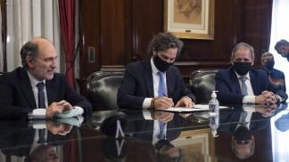 Santiago Cafiero encabezó la firma del acuerdo entre el presidente el Banco Nación y el titular de la Bancaria
