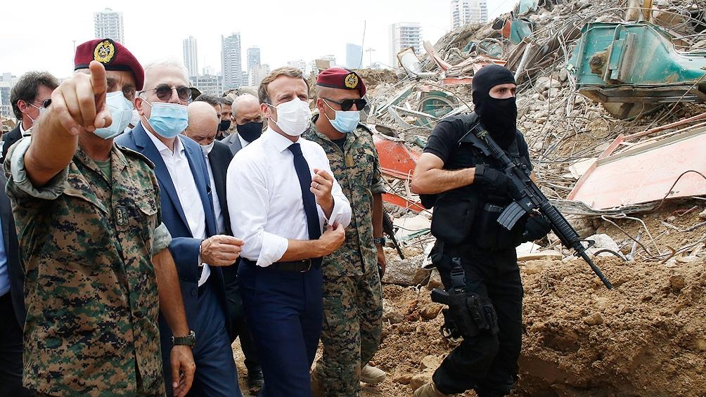 El presidente frances Macron recorriendo Beirut