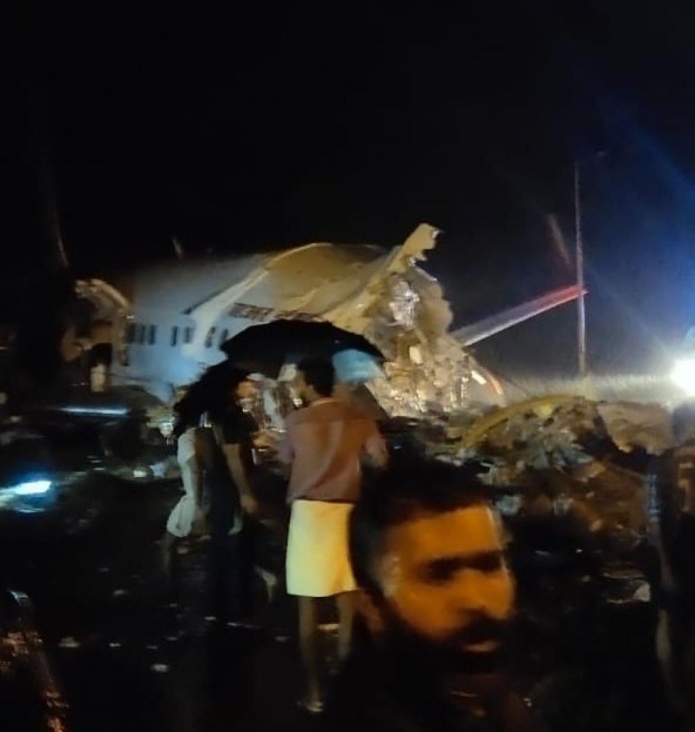 El avión, procedente de Dubai, se salió de la pista durante el aterrizaje y su fuselaje se partió en dos.