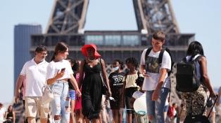 La policía evacuó las orillas del Sena en París, abarrotadas de personas sin distancia