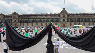 """Querellaron al gobierno mexicano por """"negligencia criminal"""" en la gestión de la pandemia"""